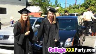 Neuken in de auto, direct na de diploma uitreiking