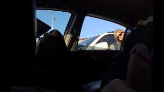 Een milf betrapte me tijdens het rukken in de auto