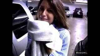 Hete vrouw heeft sex in een parkeer garage