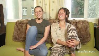 Twee onervaren meiden proberen lesbo sex