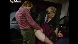 Drie mannen nemen haar ruw in de garage