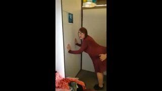 Mijn verlegen stiefzus overgehaald om me te pijpen en te neuken in een kleedkamertje