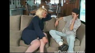 Hete milf wilde wel eens seks met de vriend van haar jonge dochter