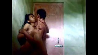 Heet tienertje geneukt onder de douche