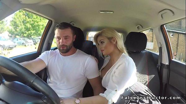 Neuken in de auto met een tiener