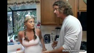 Babysitter met lekkere tieten geneukt in de keuken