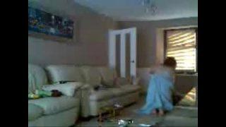 Mijn moeder en vriend neuken terwijl ik ze stiekem opneem