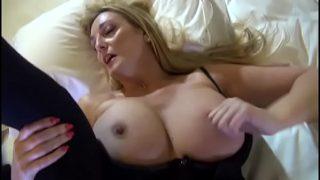 Nederlandse, sexy rijpe vrouw geniet van een goede beurt