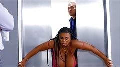 Superhete meid met grote natuurlijke tieten houdt van anaal