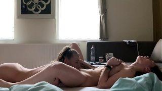 Een geile ochtend voor deze twee hete bi-seksuele vriendinnen