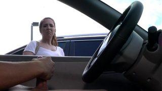 Latina kijkt hoe ik me aftrek op de parkeerplaats
