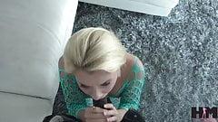 Tiener Riley Star probeert haar eerste echte grote pik uit en raakt verslaafd
