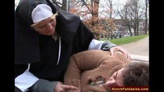 Nederlandse non doet een goede, geile daad