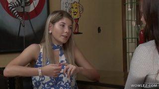 Petite tienertje geniet tijdens haar eerste bisex ervaring | Sarah Vandella