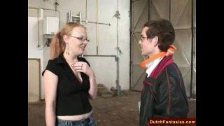 Onschuldige Nederlandse meid met bril laat zich in een magazijn neuken
