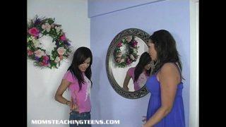 Tienermeisje leert alles over sex van haar moeder