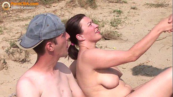 Super hete dag op het strand, amateur stel nodigt voyeur uit